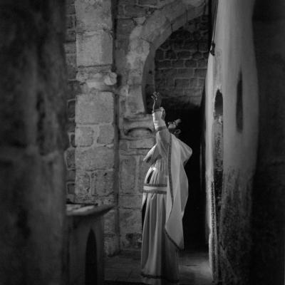 25-Le-père-Toufik-du-couvent-St-Serge-en-prière-dans-la-chapelle